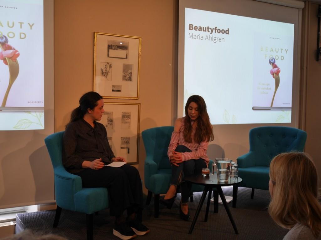 Presentation av sommarens och höstens nya faktaböcker från Norstedts - Här ser vi Maria Ahlgren med boken Beautyfood.
