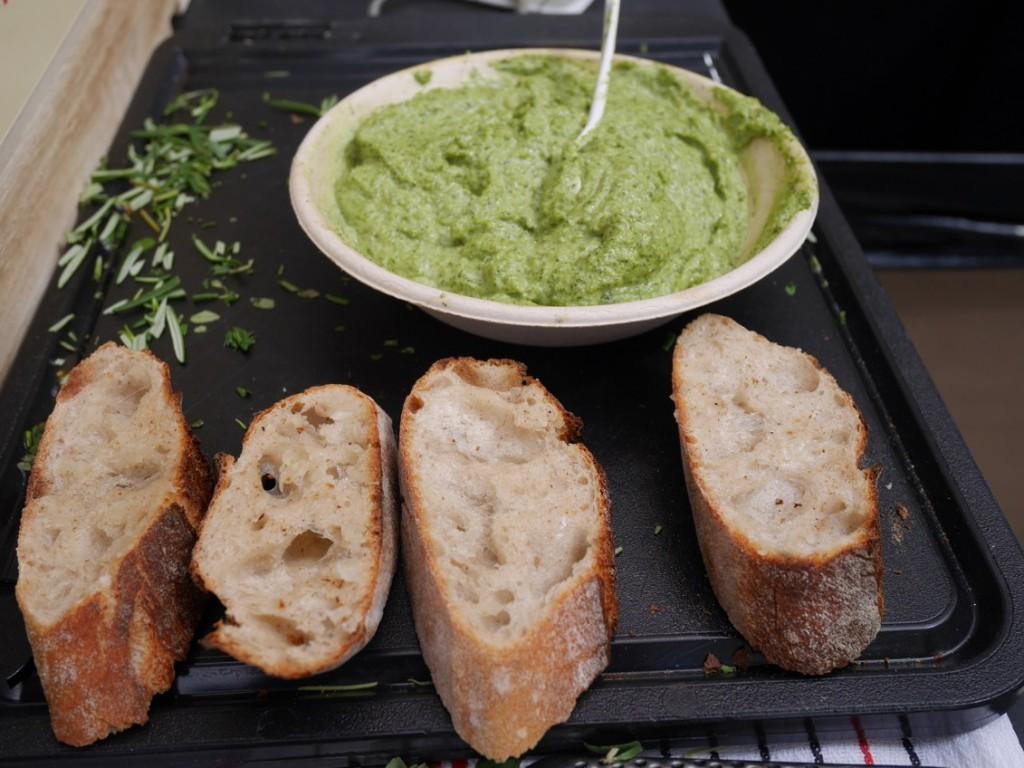 Pesto och surdegsbröd.