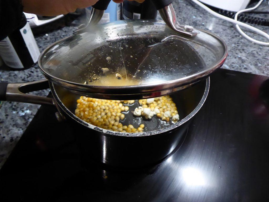 Poppa popcorn i ekologisk kokosolja ger nyttigare snacks.