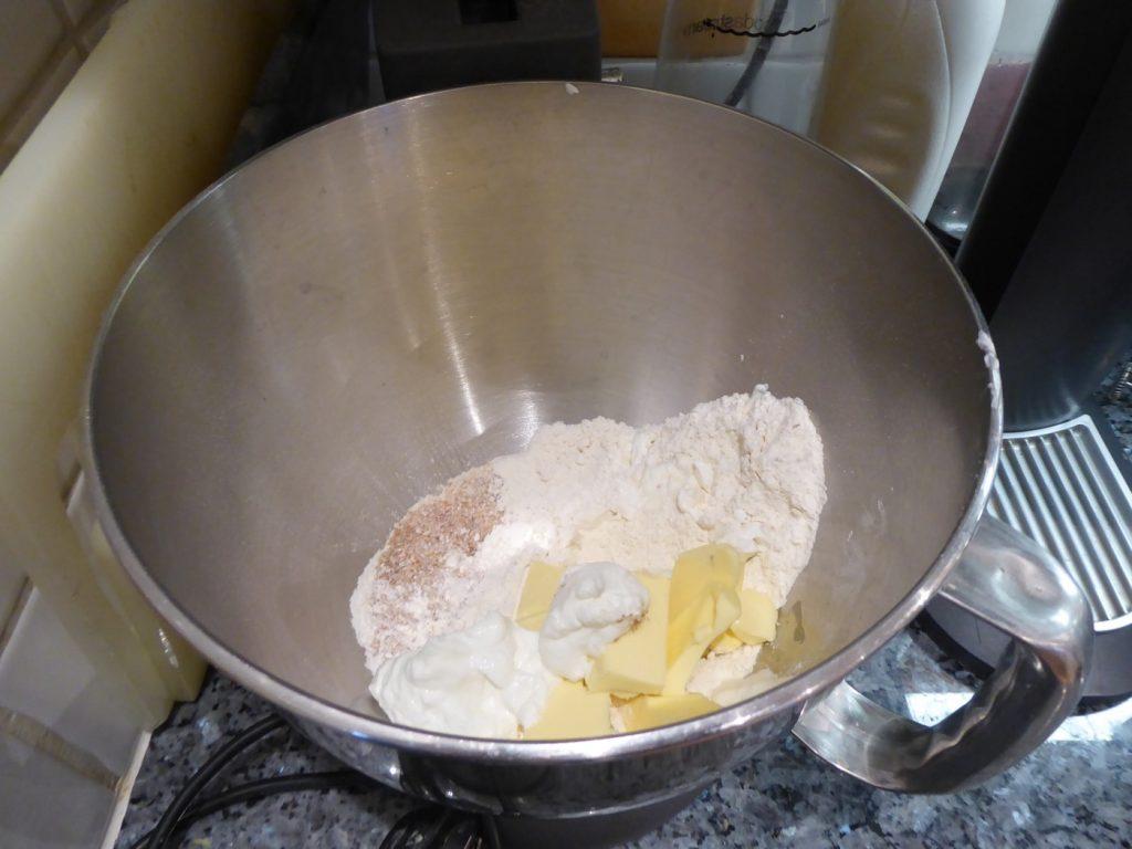 Grahamsmjöl, vetemjöl, smör och lättkvarg.