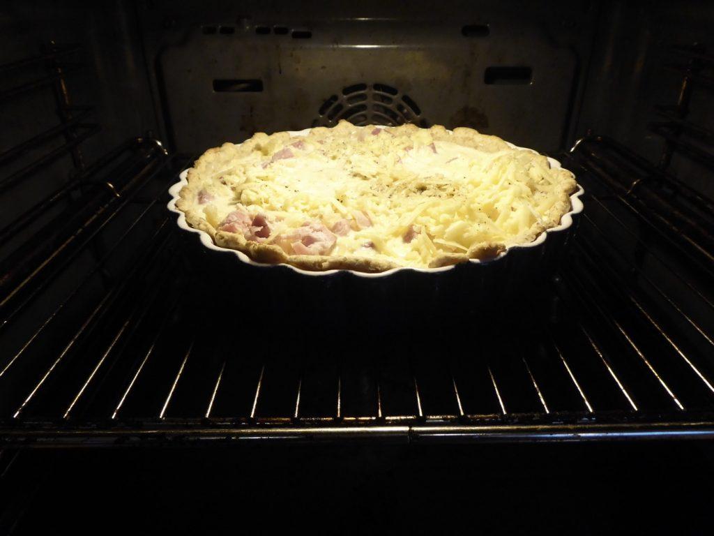 Stoppa in i ugn och grädda pajen.