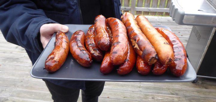 Vi grillar korv till lunch på nyårsdagen. Det är tradition!