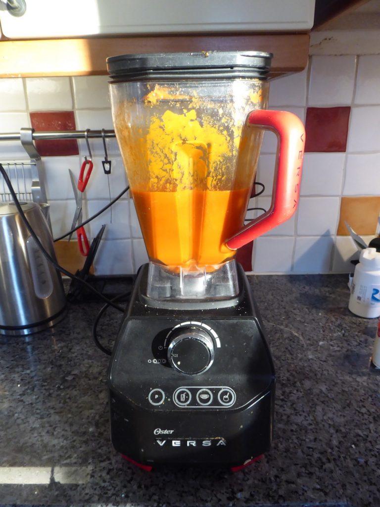 Mixa soppan slät eller ät den som den är.