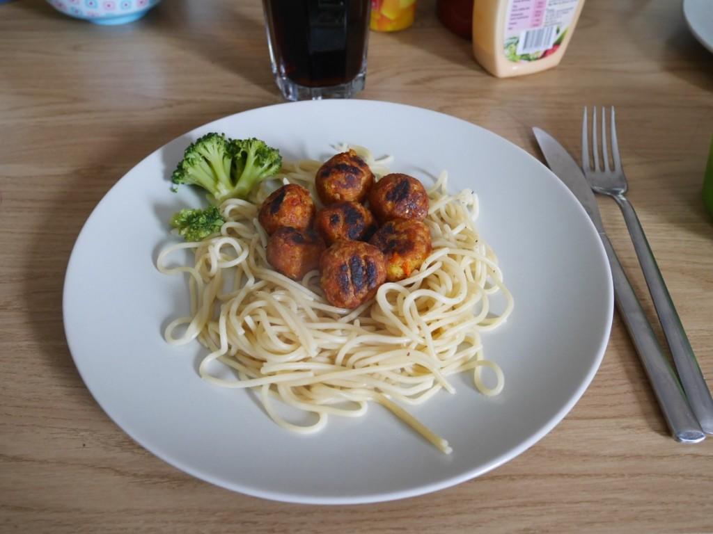 Spaghetti och morotsbullar.