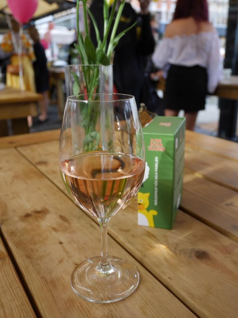 Ett glas kallt rosévin en varm sommarkväll i Stockholm sitter inte fel.