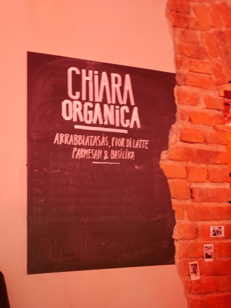 Chiara Organica, som pizzan döpts till, är gjord på en pizzadeg som innehåller 1/3 ekologisk drav, toppat med tomatsås, mozzarella, parmesan och basilika.