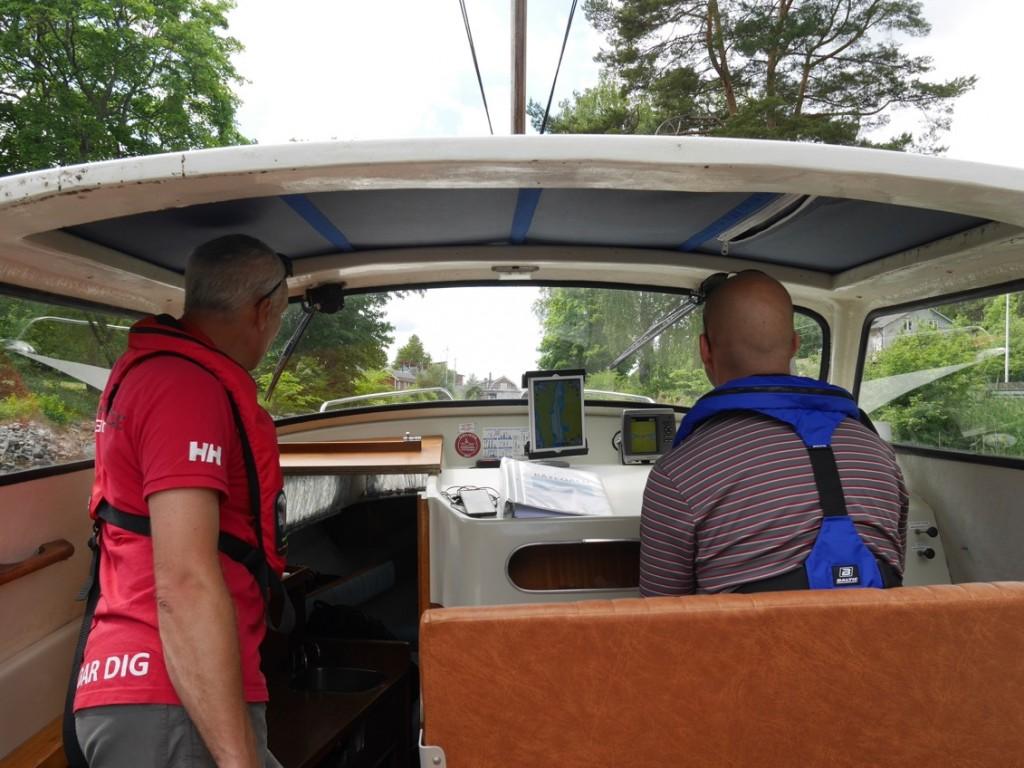 Vi hade lejt en båtcoach som var med oss halva båtresan.