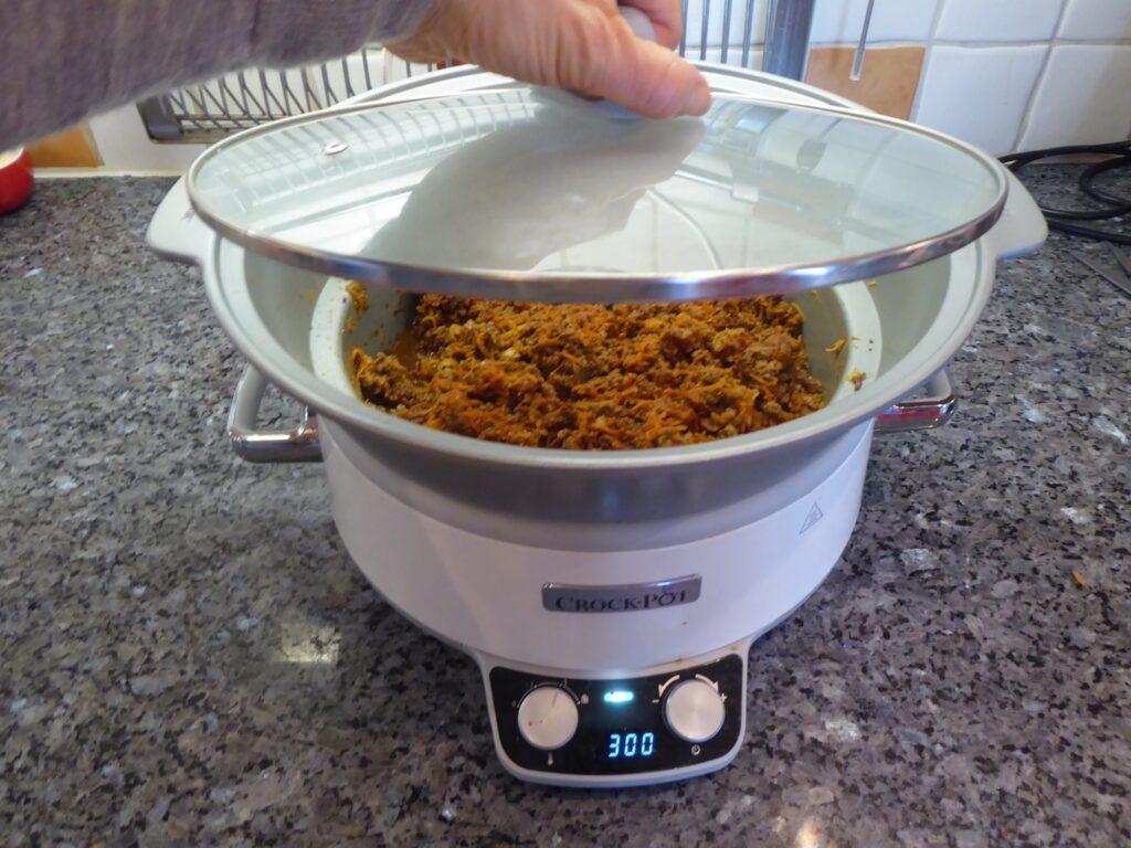 Nu ska köttfärssåsen långlagas i Crock Pot.