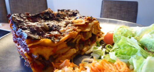 Lasagne med halloumi, spenat och pumpakärnor.