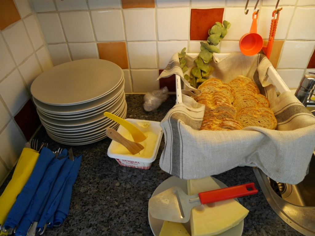 Bröd, smör och ost.