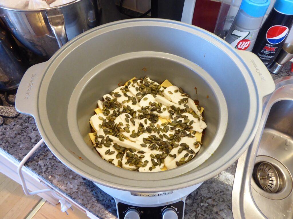 Börja med tomatsås. Lägg på plattor. Sedan på med halloumi och pumpakärnor. Upprepa från början.