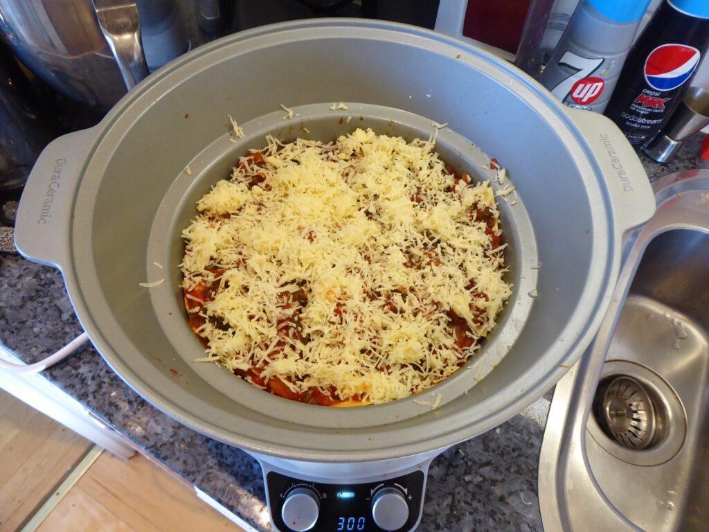 Se till att avsluta med tomatsås och riven ost (präst, grevé eller liknande).
