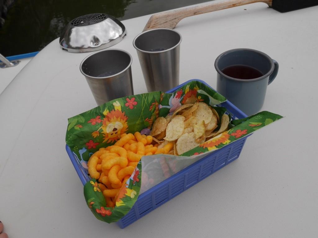 Chips, ostbågar och drinkar på däck!