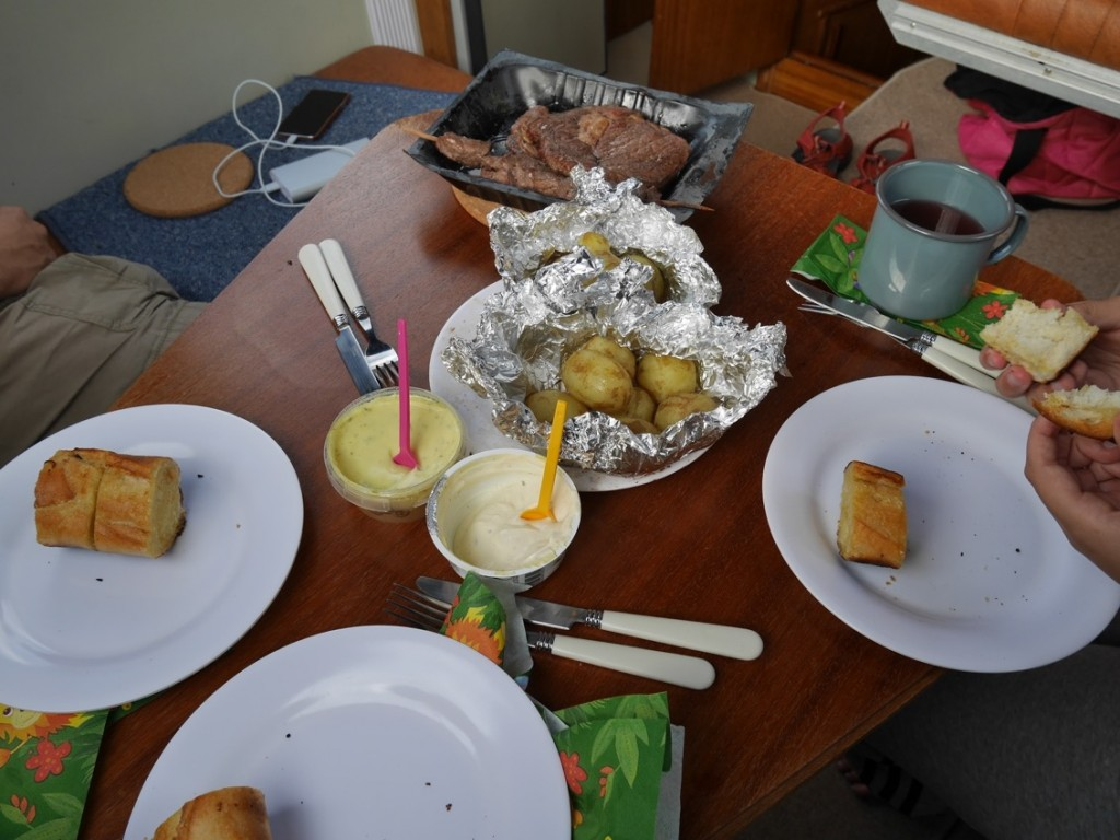 Maten äts ombord på båten.