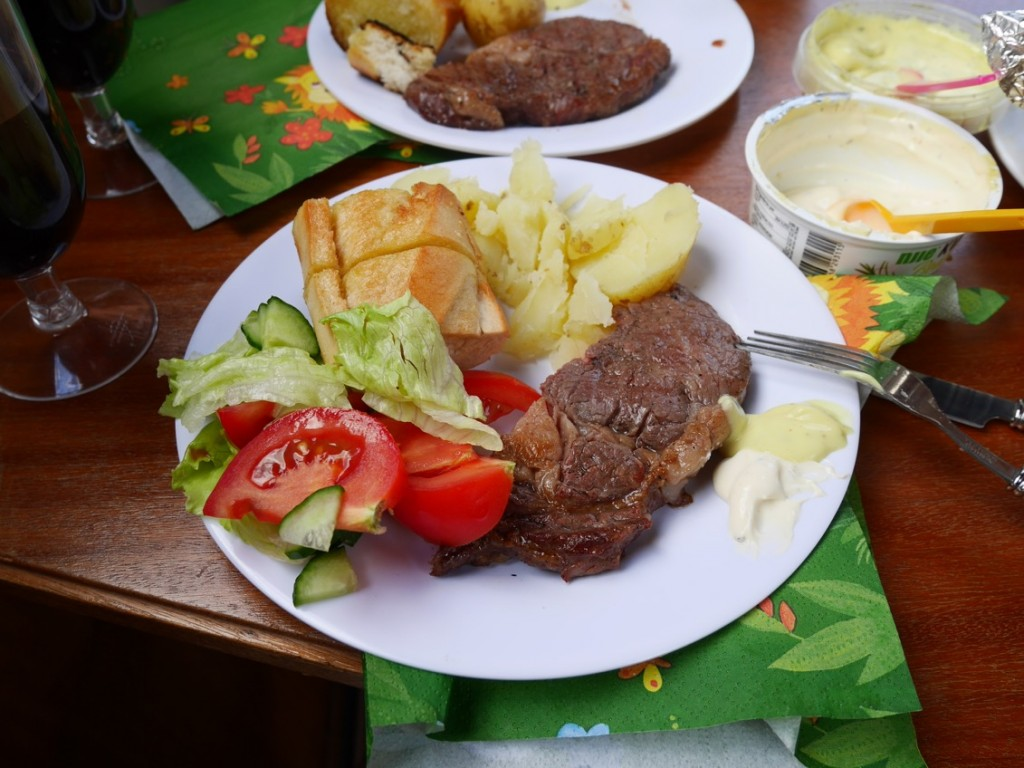 Den här middagen alltså! Tallrikarna var för små  eller så var jag för stor i maten- fick ta om ett par gånger!