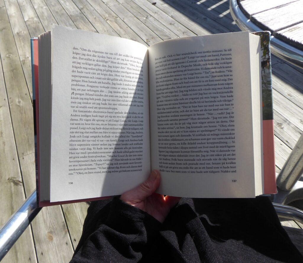 Så underbart att kunna sitta ute i solen och läsa!