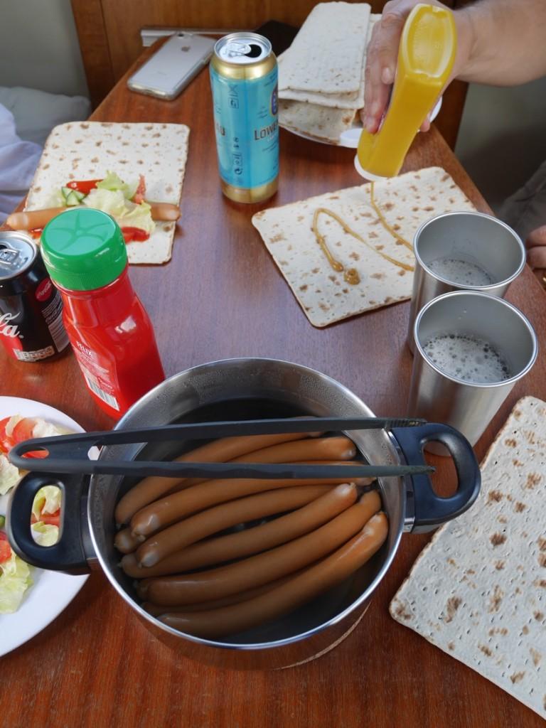 Korv med bröd-lunch.