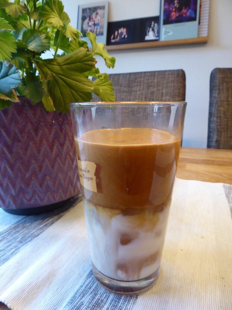 Dalgona coffee är klart att serveras.
