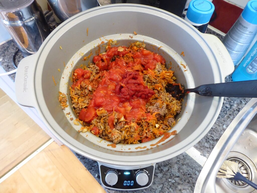 Jag bryner köttfärs, lök, vitlök och tomatpuré i grytan på spisen innan jag har ner övriga ingredienser och sedan sätter igång Crock Pot.