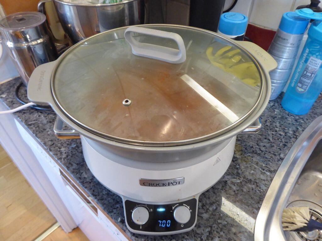 Nu ska köttfärssåsen gå 7 timmar på låg värme.