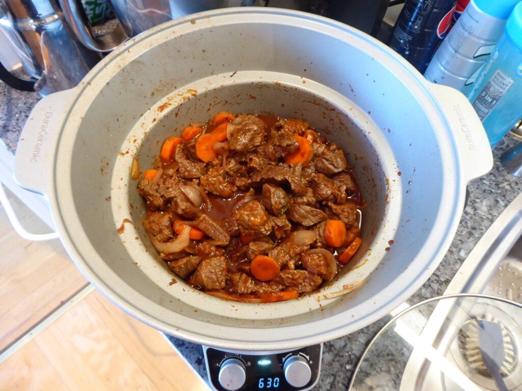 Jag bryner kött, lök, morot och tomatpuré innan jag startar mitt långkok.