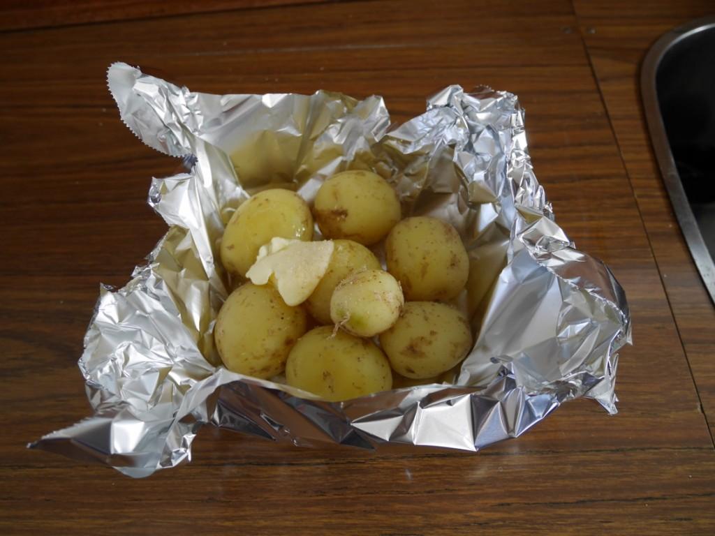 Potatispaket att lägga på grillen.