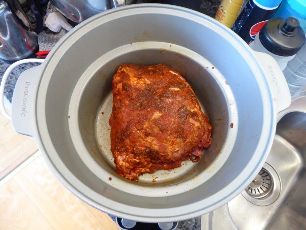 Köttet är insmort i kryddor och har vilat 12 timmar i kylen.