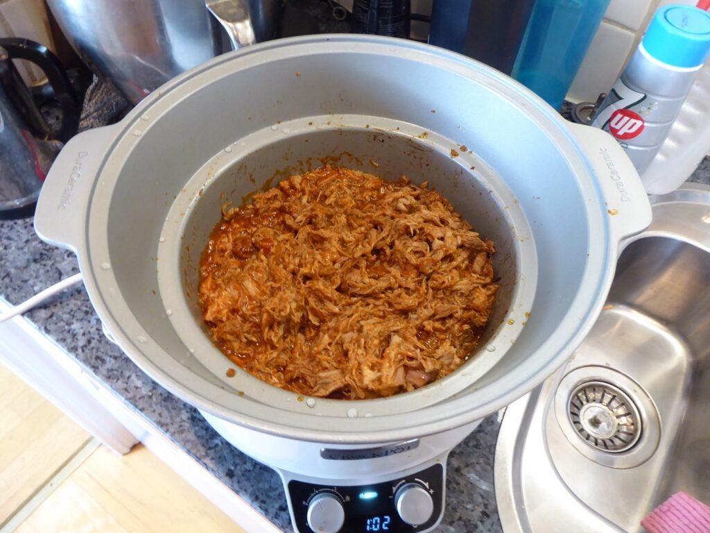 Såsen är blandad i köttet och nu ska härligheten gå en timme till på svag värme.