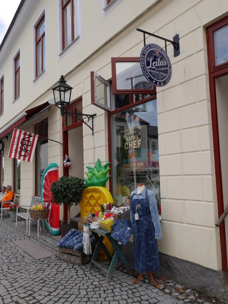 Ett besök i Leila Lindholms affär hör till.