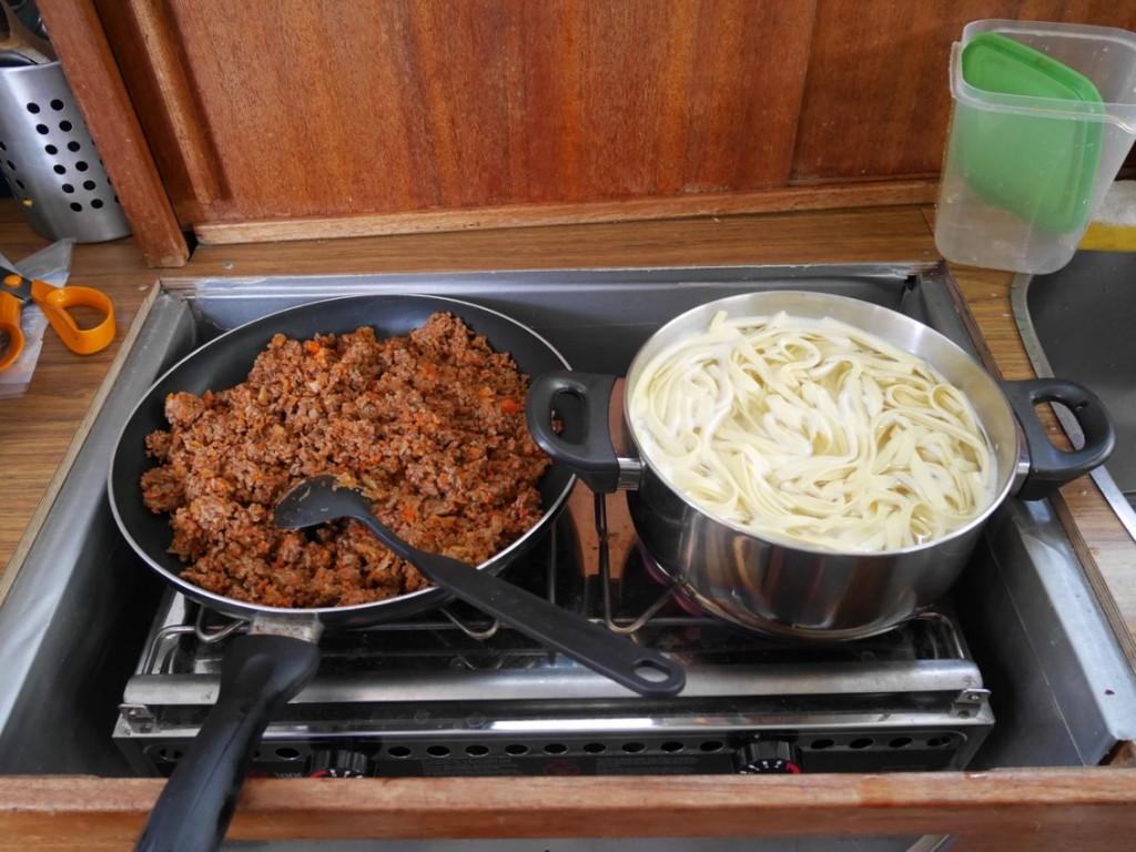 Köttfärssås och spaghetti på spisen.