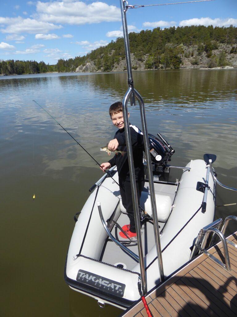 Gus första abborre som slängdes tillbaka i sjön.