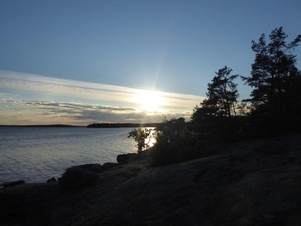 Solnedgången upplevs med fördel på klippsidan av ön.