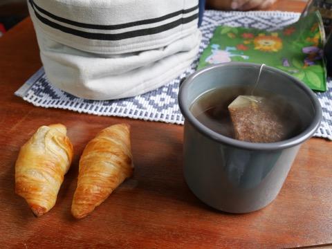 Continental frukost med croissanter och te. Bara cigaretten saknas :-)