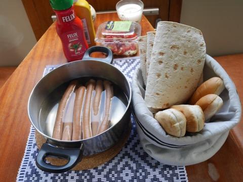 Varm korv med bröd till lunch.