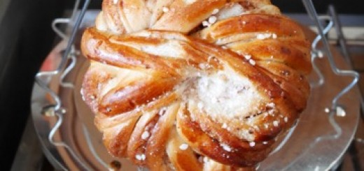 Placera brödet eller bullen på ställningen.