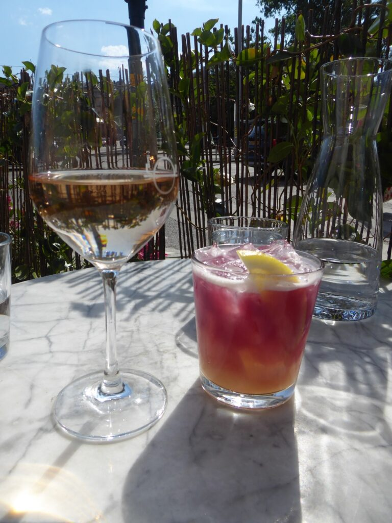 Drink i underbart väder på Strandvägen 1.