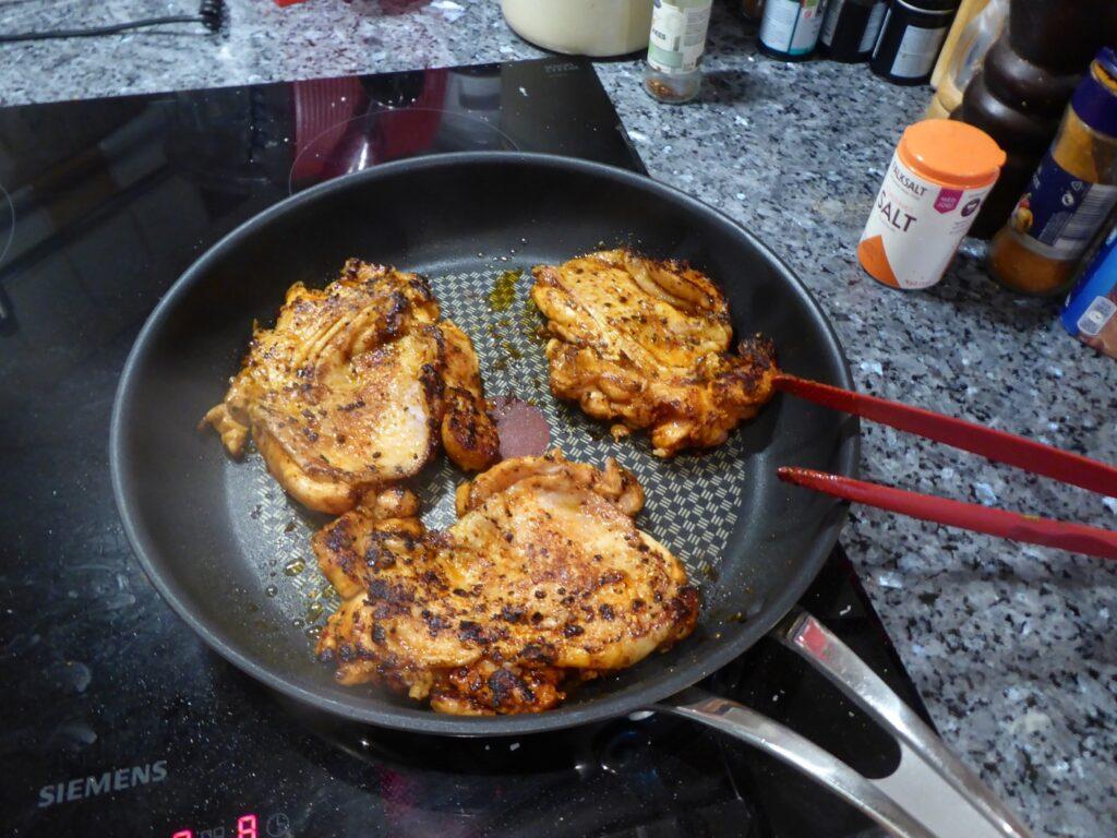 Kycklingen steks på i panna innan den körs in i ugnen.