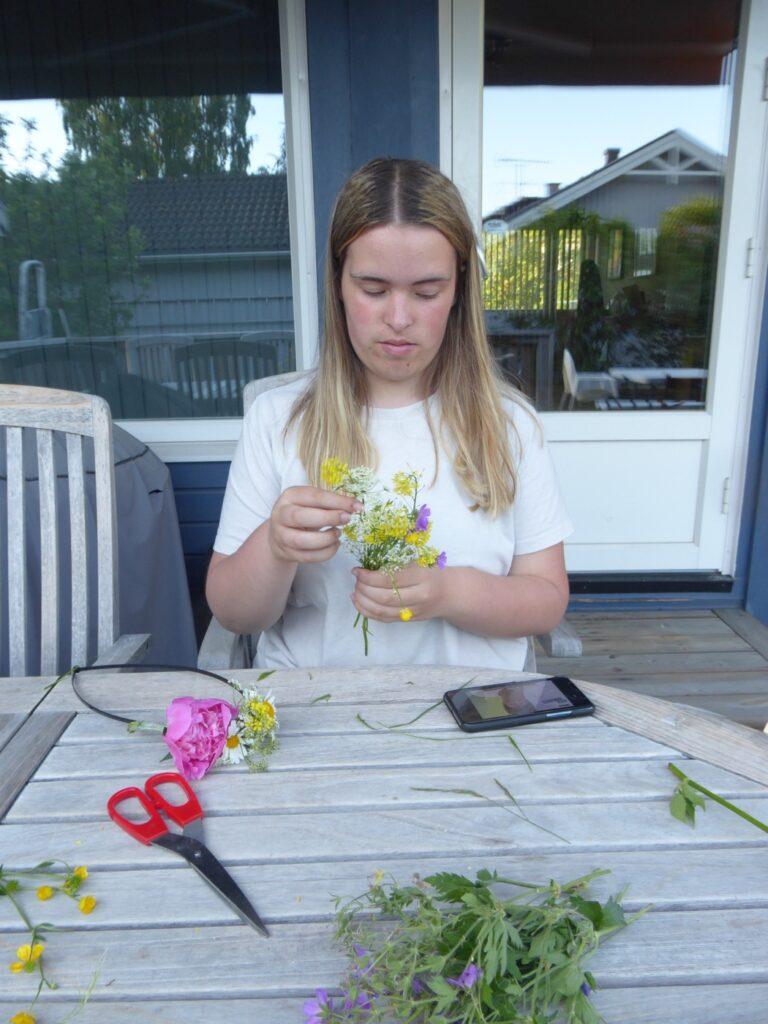 Filippa förbereder vackra blommor inför festen.
