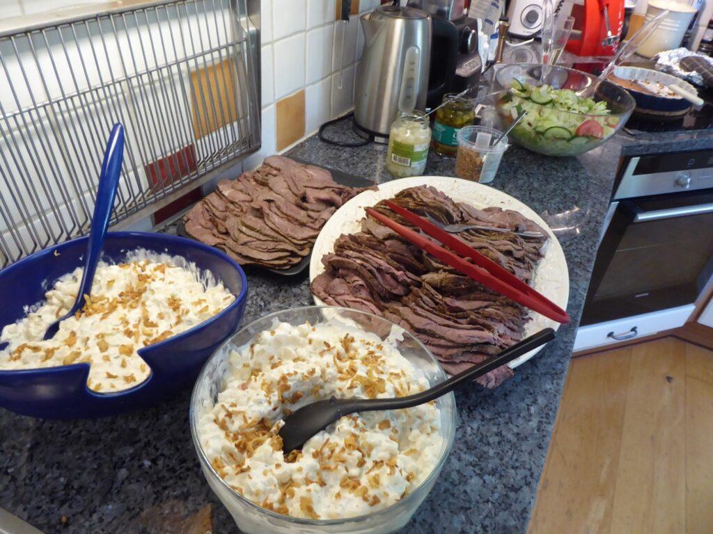 Somrig och god lunch med rostbiff och potatissallad.