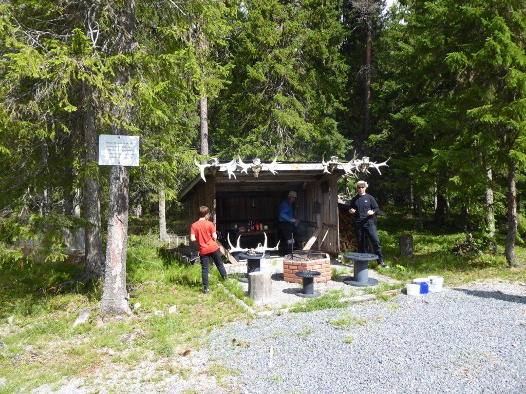 Framme vid vandringens delmål - lunch och fiske!