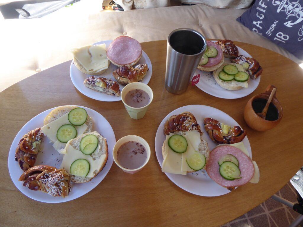 Födelsedagsfrukost med nybakat från Möja bageri.