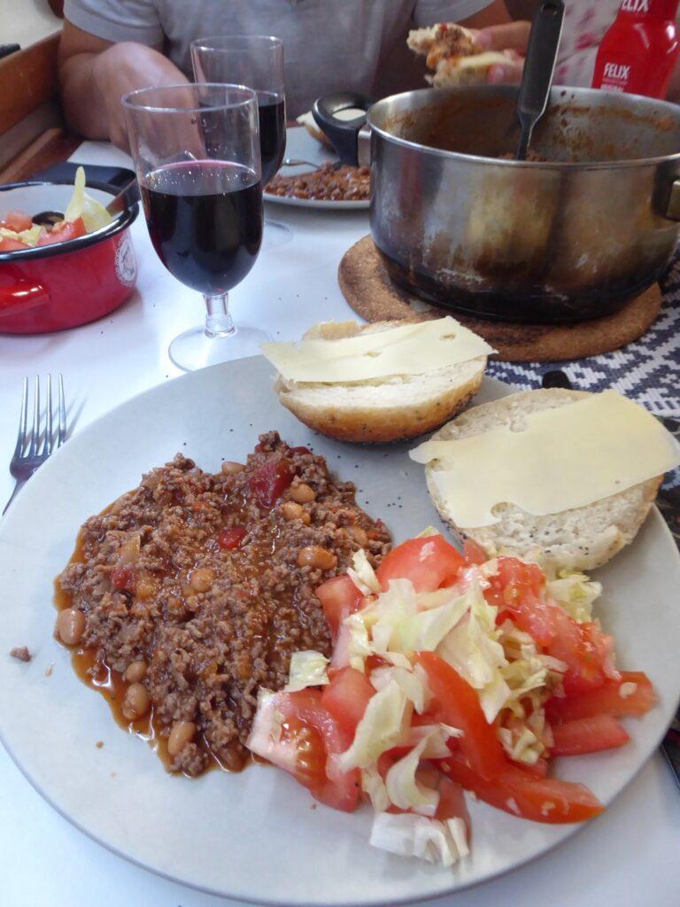 Chili con carne med sallad och nybakat bröd som ordinarie rätt.