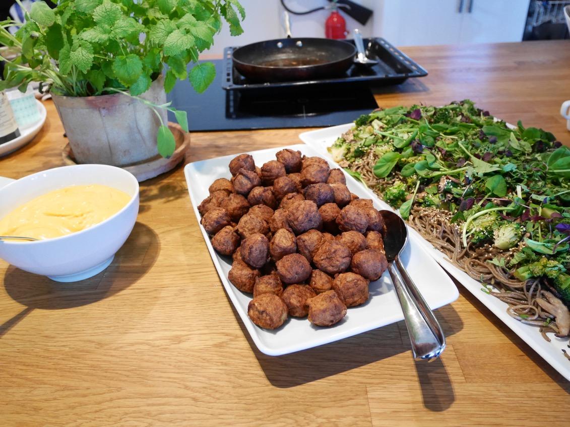 Köttbullar med asiatisk sobanudelsallad, shirachamajjo, broccoli och shiitakesvamp