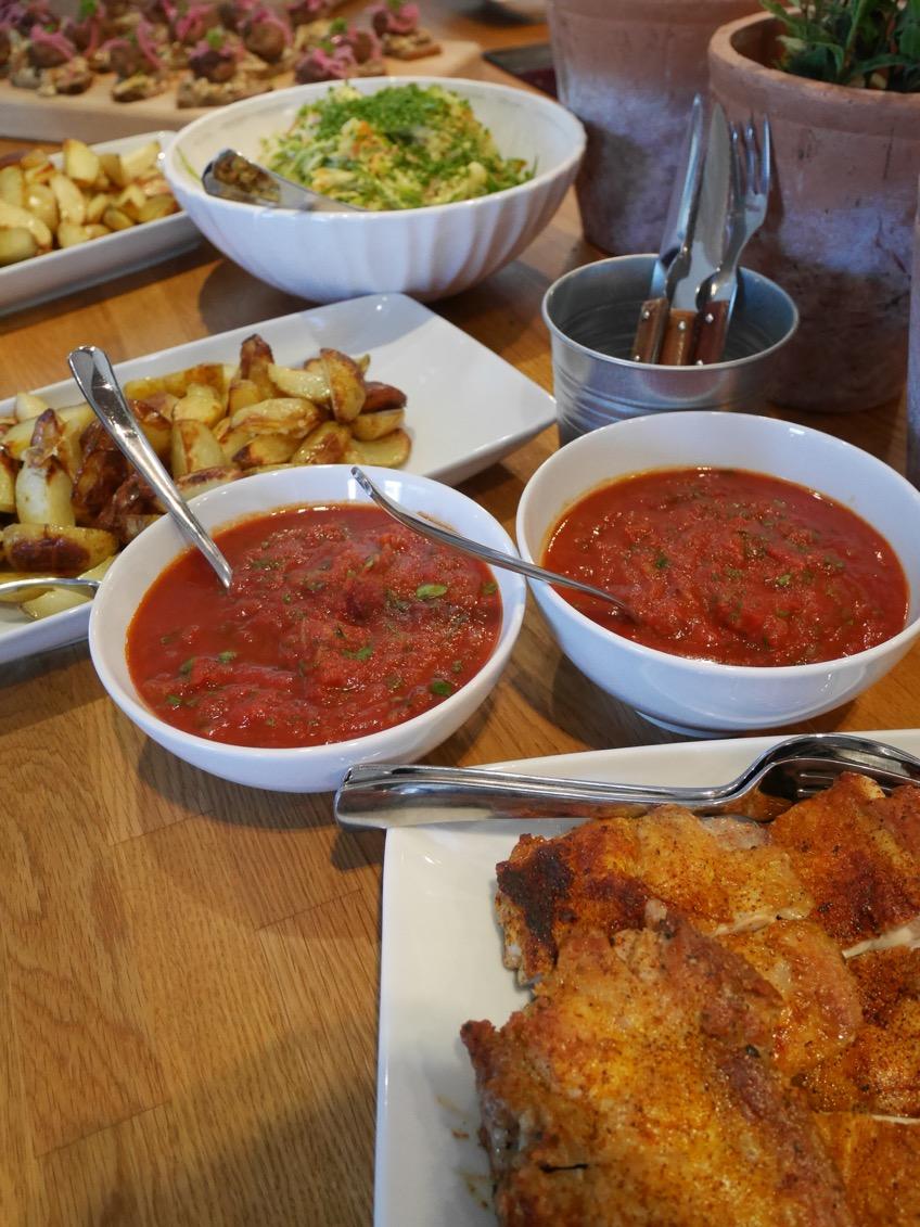KycklingSteak med sockerärtscoleslaw, tomatsalsa och klyftpotatis