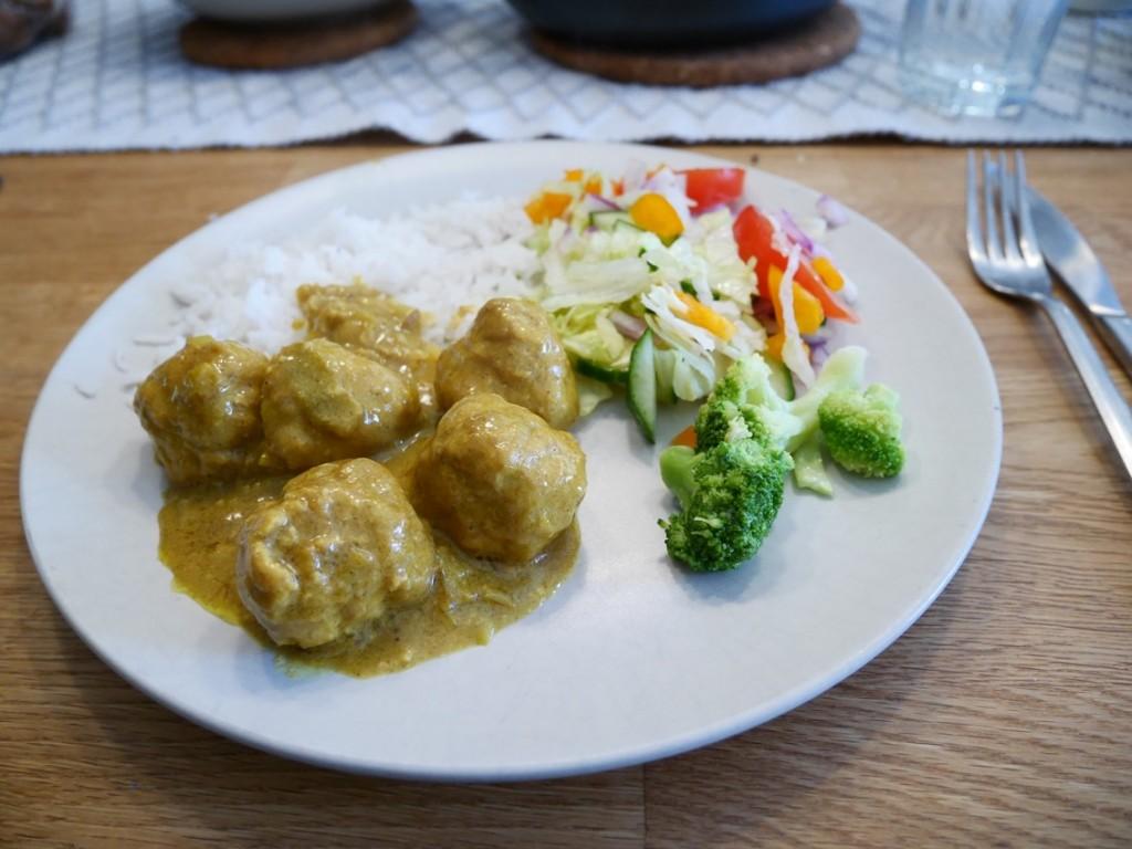 Thaikycklingfrikadeller med ris och grönsaker.