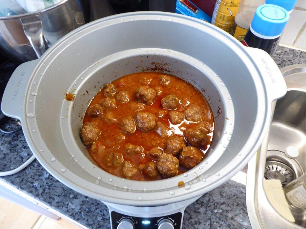 Låt gå på svag värme i 4-5 h eller hög i 2-3 h. Klart att servera!
