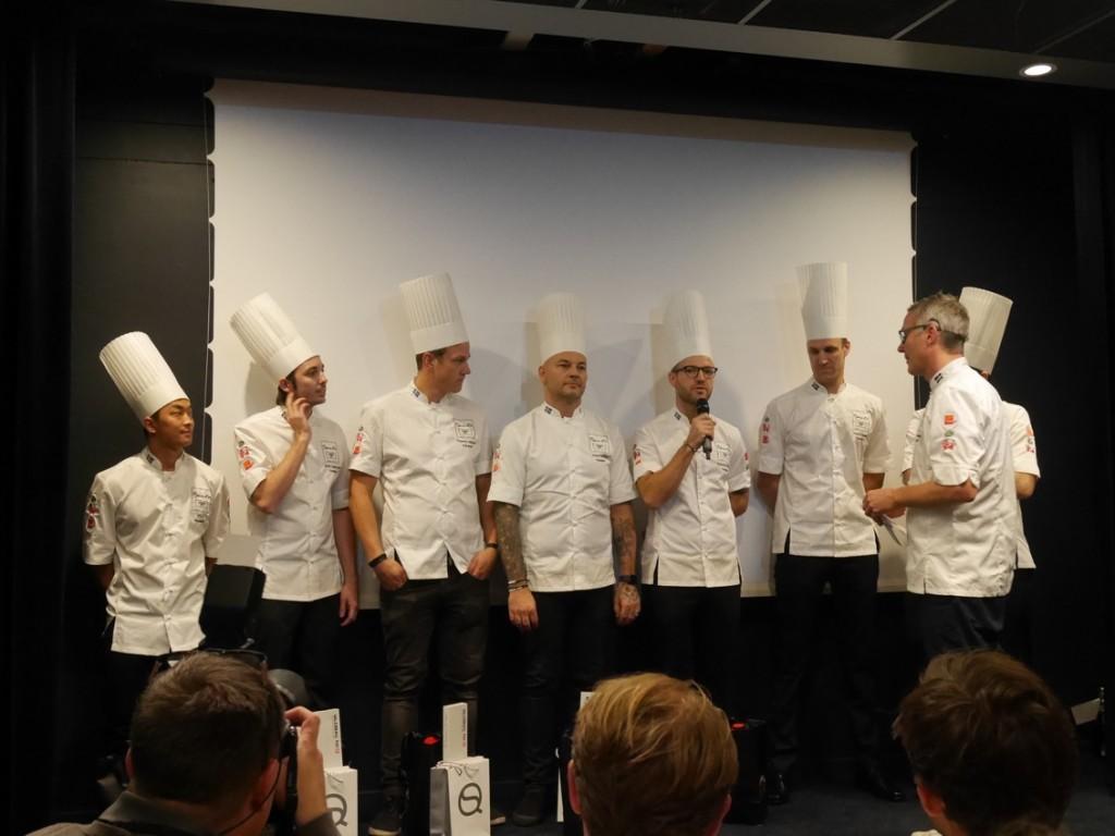 De tävlande intervjuas på scenen av juryordförande Henrik Norström.