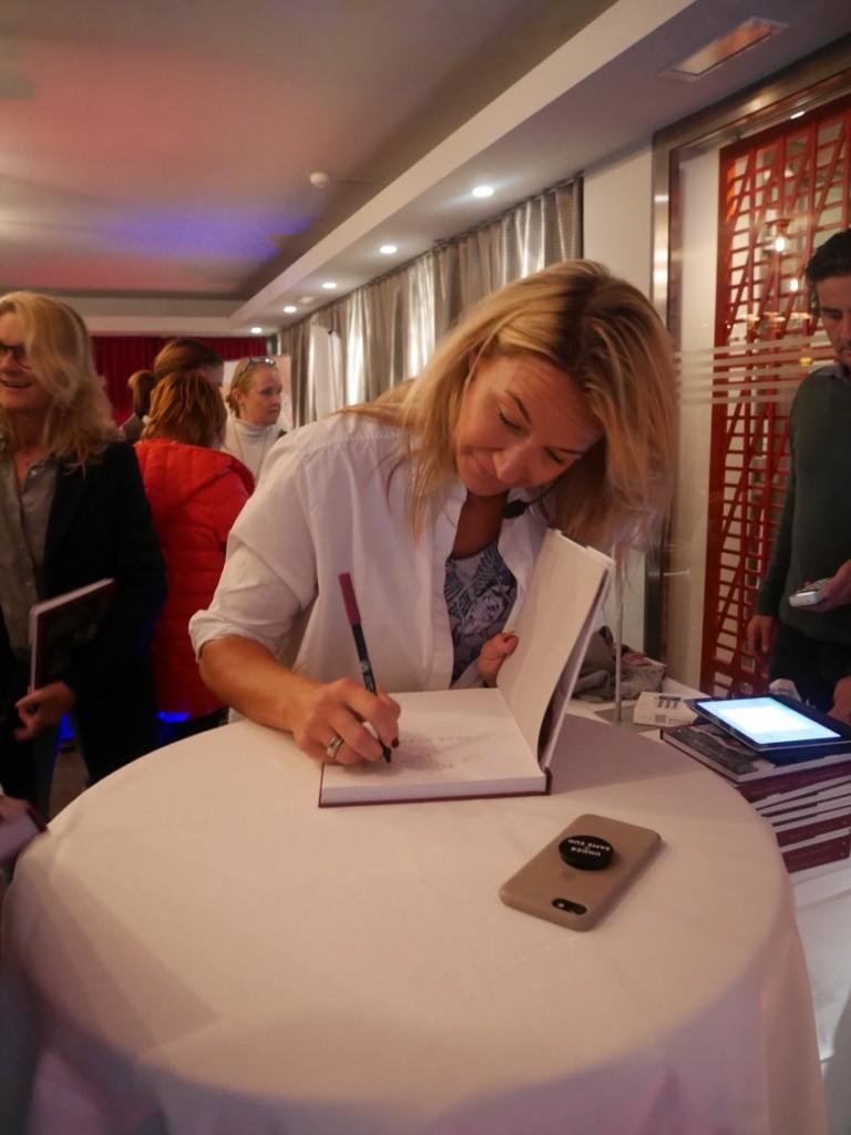 Kristin signerar sin bok.