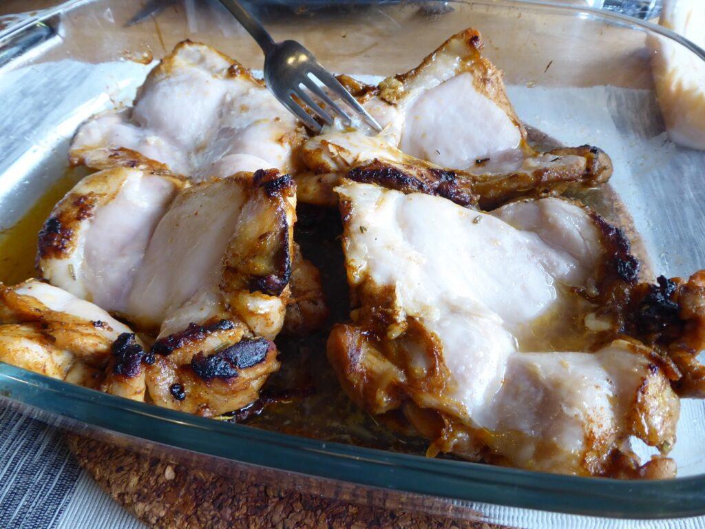 Ja, vi tar bort skinnet när vi ska äta. Där sitter mycket smak men det finns tillräckligt med smak i kycklingköttet!