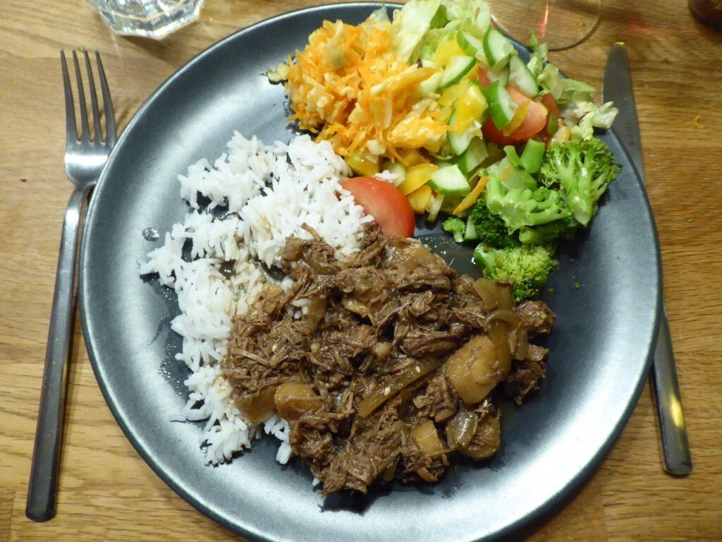 Bibimbap-gryta med ris och grönsaker.